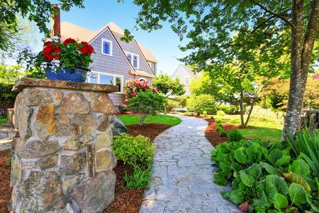 Artesano exterior de la casa de dos niveles americano. diseño del paisaje agradable alrededor. Noroeste, EE.UU. Foto de archivo - 61646594