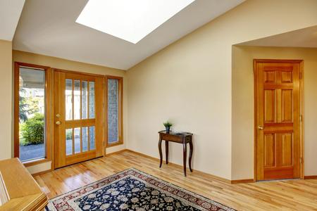Belle entrée lumineuse à la maison avec plancher de bois franc et tapis. Nortrhwest, États-Unis