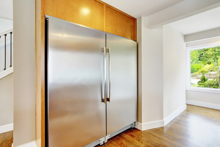 Large steel fridge for a large family built-in kitchen. Northwest, USA Zdjęcie Seryjne