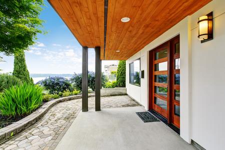 Moderner Hauseingang mit konkretem Gehweg und erstaunlicher Wasseransicht. Nordwesten, USA