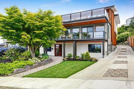 case moderne: Moderna casa a tre livelli Exter con finiture in legno e ampie aree di due balconi. Northwest, Stati Uniti d'America