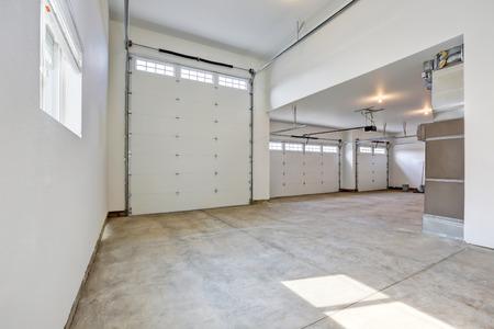 브랜드 새 집에서 큰 3 차고의 인테리어. 미국 노스 웨스트