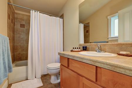 Moderne badkamer ijdelheid kast met laden en marmeren blad. ook een