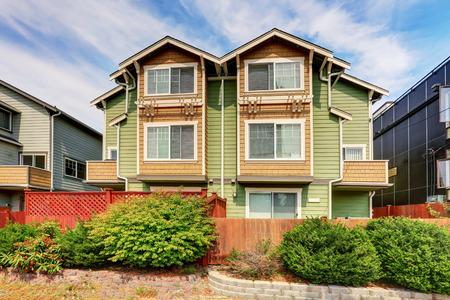 Amerikaans duplex huis voor twee gezinnen. Groene buitenverf. Northwest, VS. Stockfoto