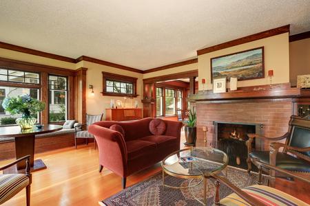 muebles antiguos: American classic living room interior design with antique furniture. Northwest, USA
