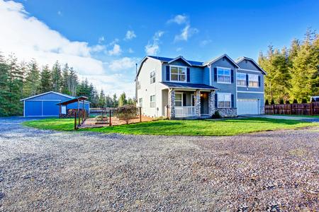 cedro: Dos niveles casa de campo azul país con rocas ajuste. Northwes, EE.UU.