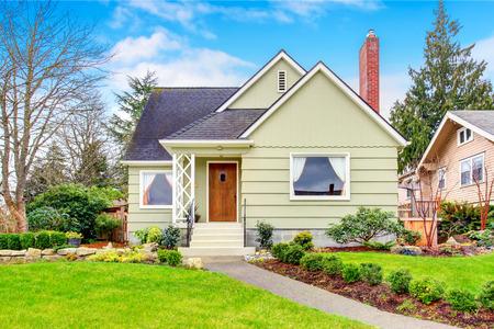 Kleine Amerikaanse huis met goed onderhouden gazon en mooie groenvoorzieningen desing rond. Northwest, USA Stockfoto