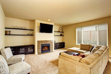 Cozy living room in beige tones with carpet floor and fireplace. Northwest, USA 版權商用圖片