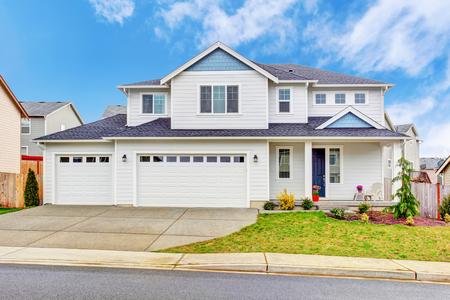 De lujo de dos niveles exterior de la casa con garaje y calzada de hormigón. Noroeste, EE.UU. Foto de archivo - 61648383