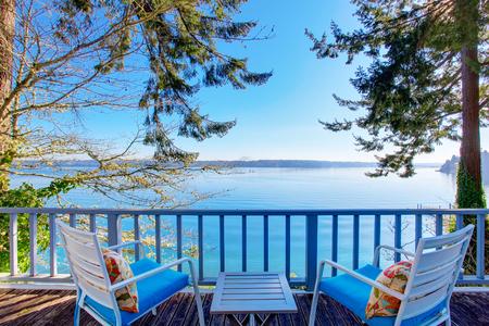 青空: ストライキ デッキの椅子と素晴らしい水の景色。米国北西部