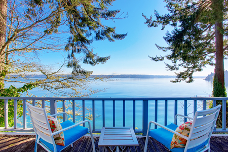 Staking terras met stoelen en een prachtig uitzicht op het water. Northwest, USA