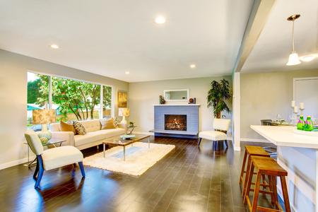 Open floor plan. Cozy living room interior with fireplace and hardwood floor. Northwest, USA 版權商用圖片