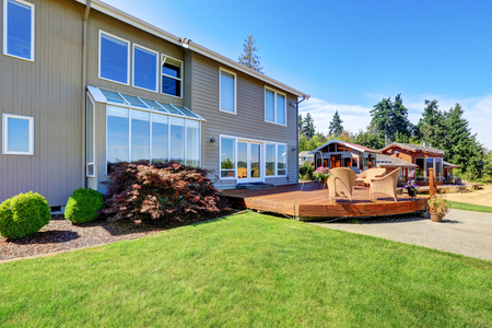 curb: Great curb appeal of luxury house with back deck and well kept lawn. Northwest, USA Stock Photo