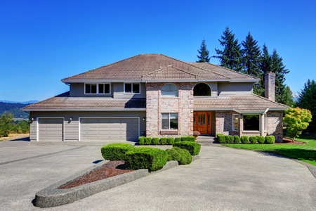 Luxe Stenen huis met mooie beteugelen beroep met perfect getrimde voortuin. Dubbele deuren garage met lange en brede oprijlaan. Northwest, USA