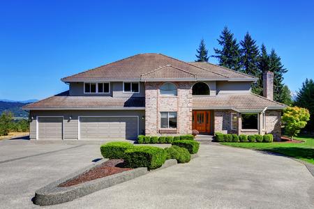 Luxus-Ziegelhaus mit schönen Kandareanklang mit perfekt getrimmten Rasen vor dem Haus. Doppeltüren Garage mit langen und breiten Einfahrt. Northwest, USA Standard-Bild - 61648825
