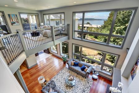 Vue panoramique de l'élégant salon gris de l'étage. Haut plafond voûté et grandes fenêtres. Nord-ouest, États-Unis.