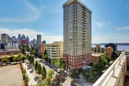 Vista desde el balcón. edificio de apartamentos en Seattle. Noroeste, EE.UU. Foto de archivo