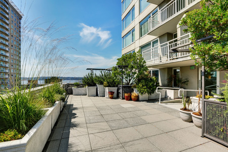 city living: Terrace of city apartment with lots of greenery on sunny summer day in Seattle, Northwest, USA Stock Photo