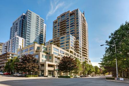 Bekijk van het appartementencomplex met heldere hemel achtergrond. Northwest, USA