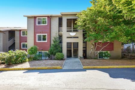 Americano casa condominio residenziale esterno nei colori rosso e beige. Northwest, Stati Uniti d'America
