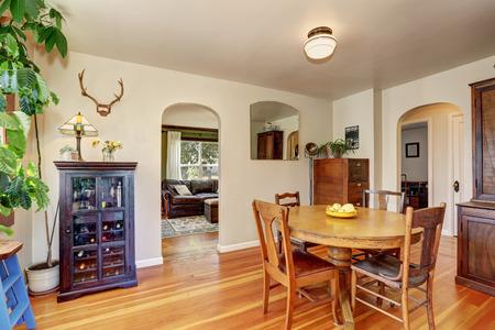 muebles antiguos: interior de la casa vieja. comedor con muebles antiguos, Noroeste, EE.UU. Foto de archivo