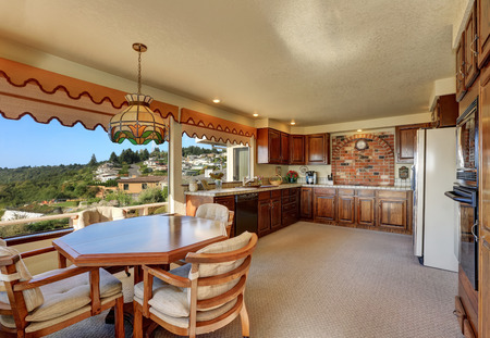 carpet and flooring: Kitchen and dining room interior with carpet flooring and city view from the window. Tacoma, Northwest, USA Stock Photo