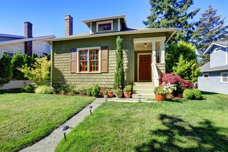Małe zielone amerykański dom rzemieślnika zewnętrzne z kolumny wejście ganku. Northwest, USA Zdjęcie Seryjne