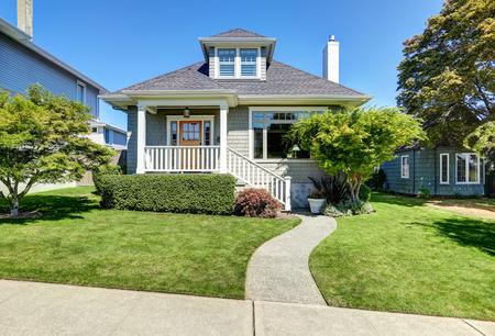 Eengezinswoningen Amerikaanse ambachtsman huis exterieur. Blauwe hemel achtergrond en mooi getrimd voortuin. Northwest, USA