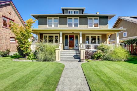 Mooie beteugelen beroep van de Amerikaanse ambachtsman stijl huis. Column veranda uitzicht en goed onderhouden gazon aan de voorkant. Northwest, USA