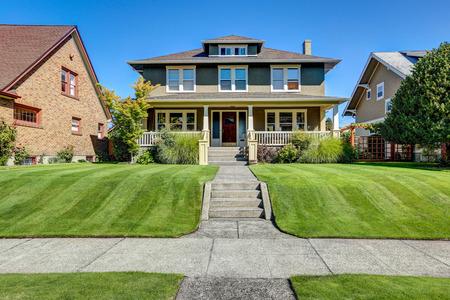 Nizza Kandareanklang der amerikanischen Handwerker Stil Haus. Column Veranda Ansicht und gepflegten Rasen in der Front. Northwest, USA Standard-Bild - 61882758