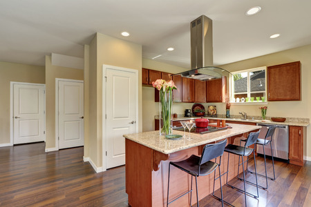 countertops: Traditional American kitchen featuring stainless steel appliances, range hood, an island and granite countertops. Northwest, USA Stock Photo