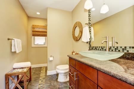 artesano: Bellamente renovado estilo artesano baño casa con moderno lavabo y el grifo de cromo. Noroeste, EE.UU.
