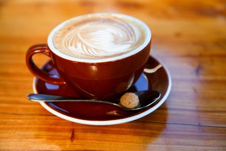 Tasse de café marron sur la table, latte art. Banque d'images - 62322066
