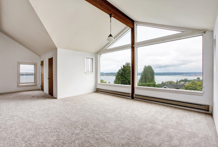 contemporary house: Empty hallway interior with carpet floor, big window and perfect water view. Northwest Stock Photo