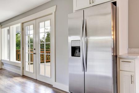 Luminosa camera cucina con elettrodomestici in acciaio e top in granito. Northwest, Stati Uniti d'America Archivio Fotografico - 65335567
