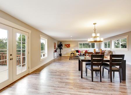 interior espacioso sala de planta abierta. comedor con juego de mesa de madera de color marrón oscuro. Noroeste, EE.UU. Foto de archivo