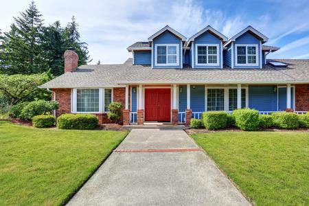 Amerikaans huis exterieur met blauwe en witte versiering en oprit. Northwest, USA Stockfoto
