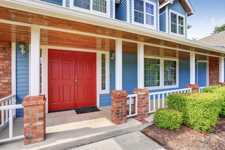 Voorste ingang rode deur met betonnen vloer veranda. Noordwest, Verenigde Staten Stockfoto - 63739120