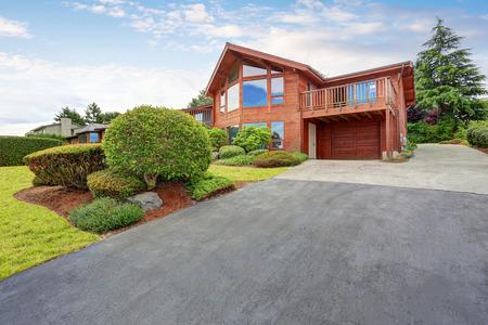 Luxe huis buitenkant met houten paneel trim, garage en goed onderhouden tuin rondom. Northwest, USA Stockfoto