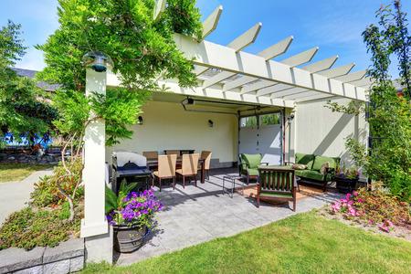 Überdachte Terrasse mit Außenstühle im Garten hinter dem Haus. Haus außen. Northwest, USA