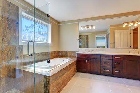 bagno interno di lusso con grande mobile vanity, cabina doccia in vetro e vasca da bagno bianco. Northwest, Stati Uniti d'America
