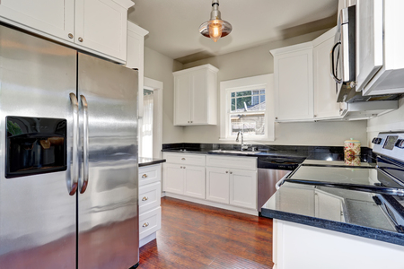 counter top: White kitchen room interior with granite counter top and hardwood floor. Northwest, USA Stock Photo