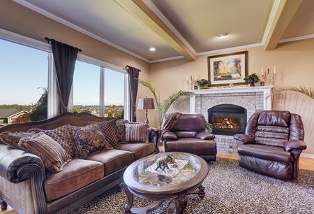 sala de estar de lujo con muebles elegantes de la vendimia. paredes de color beige y el techo con vigas. Noroeste, EE.UU.