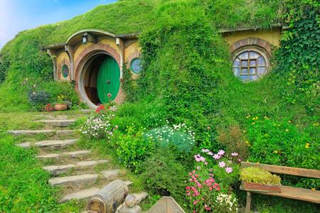 Matamata, Nieuw Zeeland - 15 januari 2015: Hobbiton - filmset gemaakt voor het filmen van de Lord of the Rings. View of hobbit huis. Stockfoto - 64652612