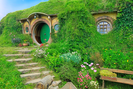 Matamata, Nueva Zelanda - 15 de enero, 2015: Hobbiton - set de la película creada para el rodaje de El Señor de los Anillos. Vista de la casa hobbit. Foto de archivo - 64652612