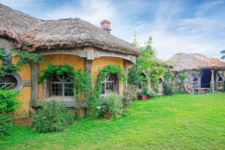 MATAMATA, NIEUW ZEELAND - JANUARI 15, 2015: Buitenkant van Green Dragon Inn, Lord of the Rings locatie Hobbiton, Matamata, Nieuw-Zeeland