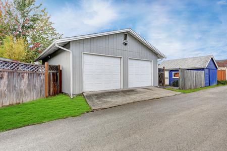 Vrijstaande dubbele deuren garage in de achtertuin. Northwest, USA Stockfoto