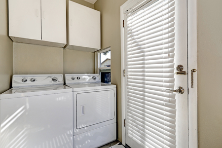 laundry room: Small and simple laundry room with old-fashioned appliances. Northwest, USA Stock Photo