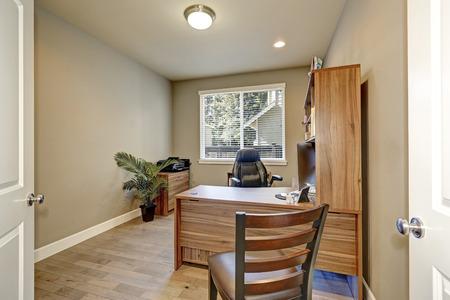 muebles de madera: Home office interior con muebles de madera y sillón de cuero, paredes de color marrón y una ventana con jalousie. Noroeste, Estados Unidos