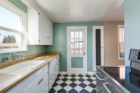 cocina vieja: paredes de menta y blanco y negro piso de mosaico cuadrado en la cocina de estilo antiguo con detalles retro. Noroeste, EE.UU.